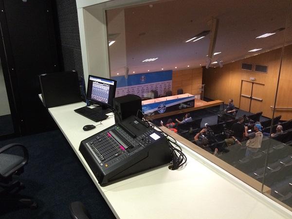 Instalação de sistema automático de mixagem com microfones Gooseneck